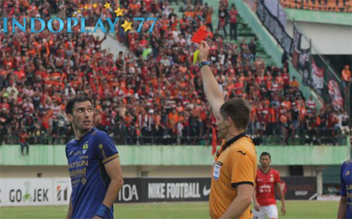 Agen Bola Online-Cuplikan Gol Persija Vs Persib Bandung Yang Dianulir Wasit.Sebuah kontroversi terjadi di laga panas antara Persija Jakarta melawan Persib Bandung, Jumat (3/11) petang yang berlangsung di Stadion Manahan, Solo.
